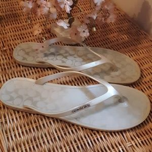 AUTHENTIC COACH LIGHT SILVER LYRA FLIP FLOPS 8